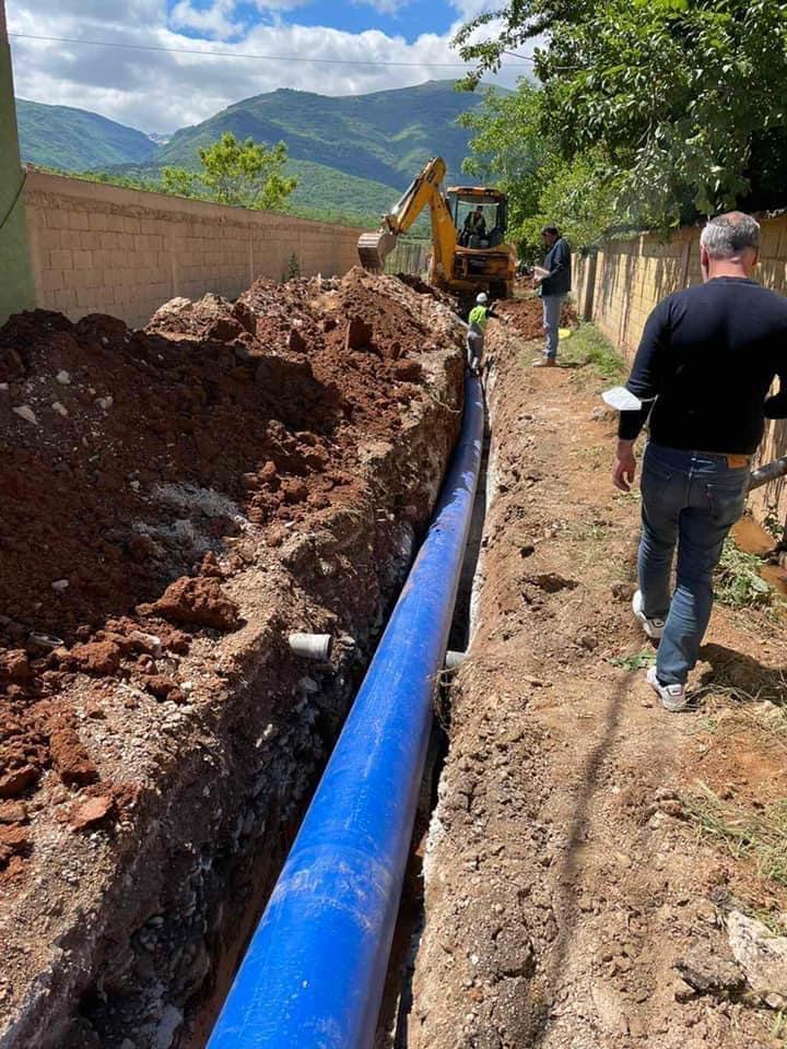 Vijojnë me intensitet punimet për instalimin e ujësjellësit të ri në kuadër të projektit SECO në gjatësi 6.5 kilometra që përfshin vendbanimet Banjicë e Epërme, Fazaneri, Turçan i Madh, Balindoll, Çajlë e Vjetër.
