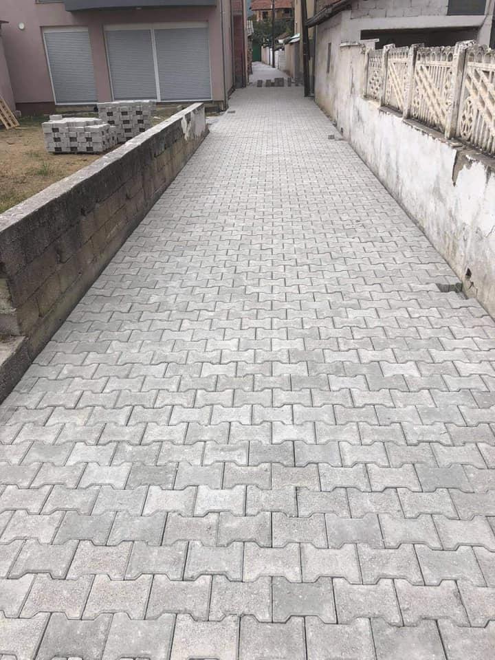 Lagjja e Re – në afersi të rethrotullumit, përfunduam me vendosjen e pllakave të bekatonit në një rruge me gjatësi 150 metre dhe gjërësi mesatare 3 metre