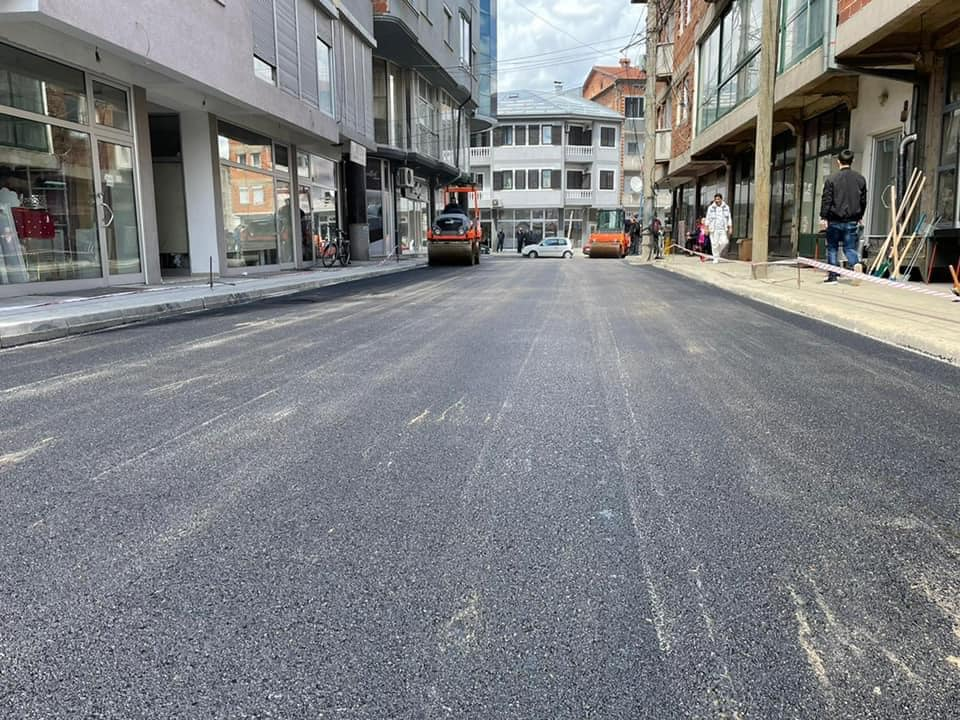 """Pas të gjitha instalimeve nëntokësore, si ujsjellës dhe shahte,asfaltohet sot rr. """"Strahinja Simonovski"""" në afersi të shkollës """"Bashkimi"""""""